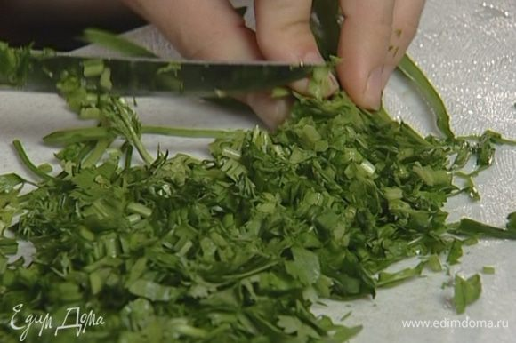 Укроп, зеленый лук, кинзу и петрушку измельчить.