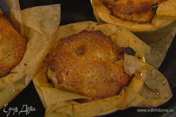 Смазать маслом 4 формочки для кексов, с помощью ложки заполнить их тестом и выпекать маффины в разогретой духовке примерно 30 минут.