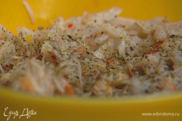 Добавить 1 ст. ложку сока лайма, 1/2 ст. ложки оливкового масла, 5 капель соуса табаско, горсть листьев кинзы и мяты, поперчить, посолить и перемешать.