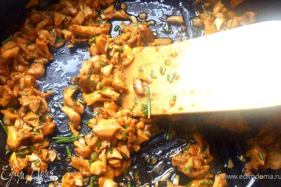 Обжарить (помешивая) лисички первые минут 10+- на сухой сковороде, затем добавить масло вместе с измельченным розмарином, довести до готовности. Остудить.