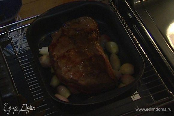 Выложить на лук обжаренное мясо и запекать в разогретой духовке 1 час.