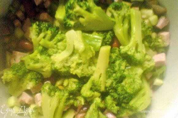 очищенный огурец и буженину мелко нарезать,добавить брокколи