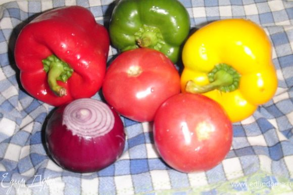 Овощи помыть,перец очистить от семечек,лук освободить ит шелухи.