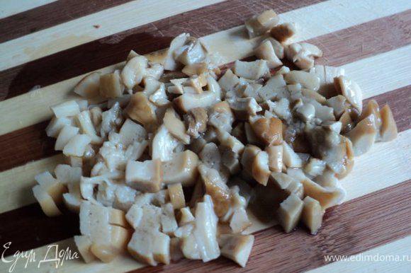 Белые маринованные грибы промыть, мелко порезать ( можно измельчить в блендере).