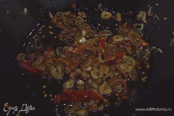 Разогреть в сковороде-вок 2 ст. ложки растительного масла, добавить чили, лук, чеснок, рыбный и соевый соус, сахар и 2 ст. ложки воды. Потомить соус на медленном огне несколько минут, затем перелить в соусник или пиалу, добавить мяту и кинзу.