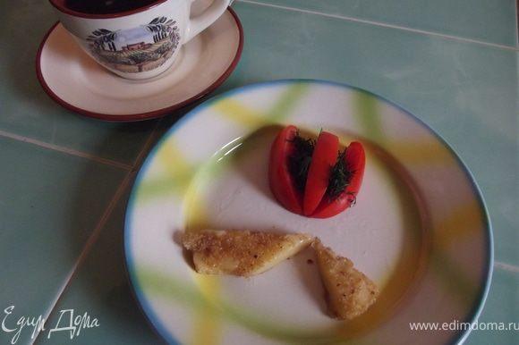 Подавайте с помидорами, нарезанными кружочками или дольками, и оформите зеленью.