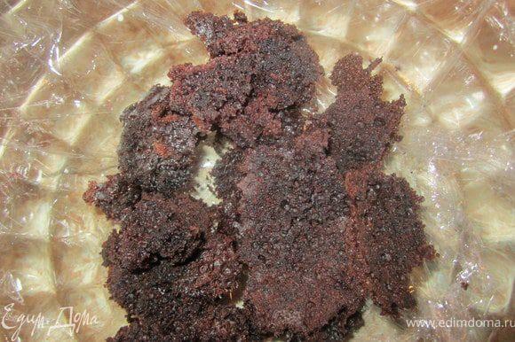 Взять глубокую миску. застелить пищевой пленкой. Поломать часть бисквита.