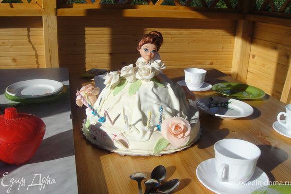далее украшаем по своему вкусу, у меня получилось вот такое почти свадебное платье, не от кутюр конечно,:) добавила розочки, листочки, и вот что получилось, приятного всем аппетита :)