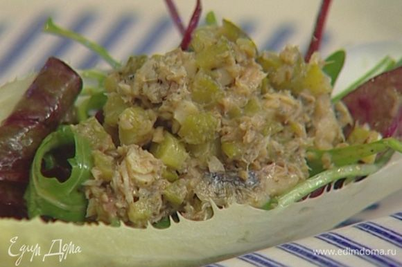 Цикорий разобрать на листья. На каждый лист выложить немного салатного микса, сверху 1 ч. ложку шпротной массы, присыпать грецкими орехами.