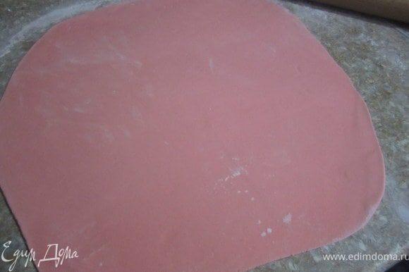 Подготовить мастику. Для покрытия такого торта, нужна мастика из 100-150 г маршмелоу. Раскатать мастику.