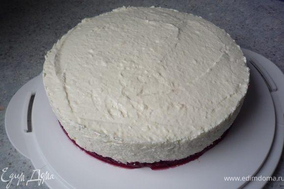 Аккуратно убрать бортик у торта.
