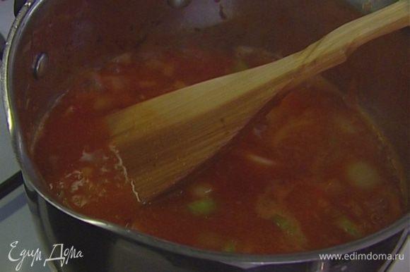 Готовые мидии вынуть (нераскрывшиеся выбросить), а бульон, в котором они готовились, процедить и добавить к взбитому супу, так чтобы он не получился слишком жидким. Раскрошить туда же пеперончино, посолить.