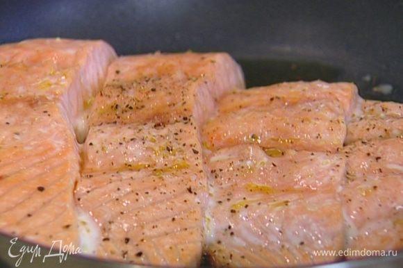 Уложить на сковороду филе кожей вниз и жарить на одной стороне 2 минуты, затем отправить в духовку еще на 3 минуты.