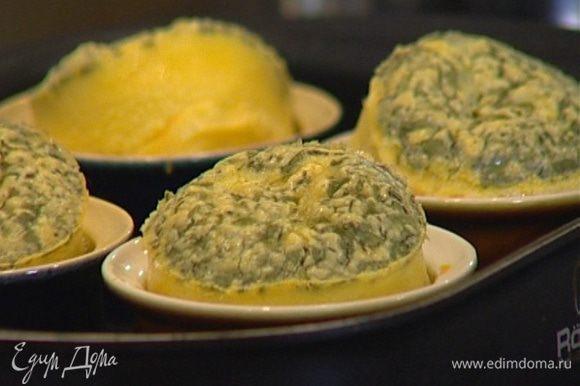 Смазать небольшие керамические формочки сливочным маслом, наполнить суфле и выпекать 20–30 минут в разогретой духовке.
