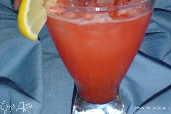И наслаждаемся невероятно вкусным напитком в жаркий летний день!