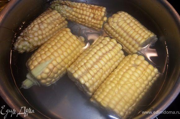Очистить початки от листьев и волокон. Разрезать каждый початок на 3 части. Варить кукурузу в подсоленной воде.