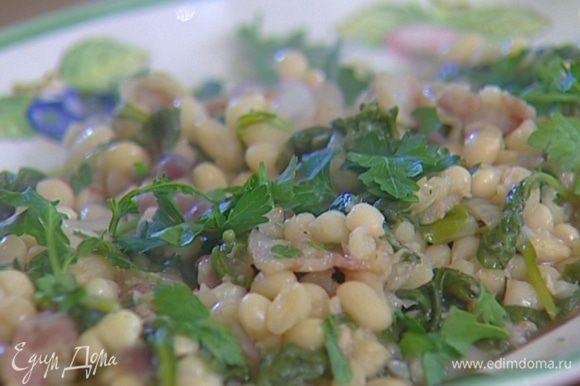 Фасоль слегка размять, заправить 1–2 ст. ложками оливкового масла и выложить на блюдо.