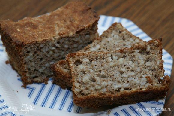 Когда хлеб немного остынет, вынуть его из формы.