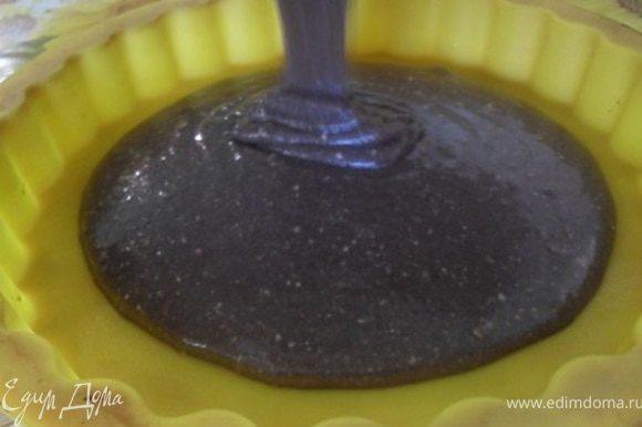 Тесто разделить на 3 части.Каждую выпечь в смазанной маслом форме, при 200*С до готовности(готовность проверить зубочисткой).