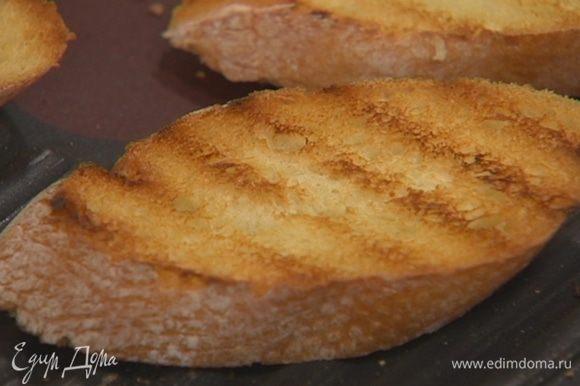 Приготовить кростини: хлеб нарезать и поджарить в тостере или в духовке. Подавать, выложив кусочки кролика на кростини.