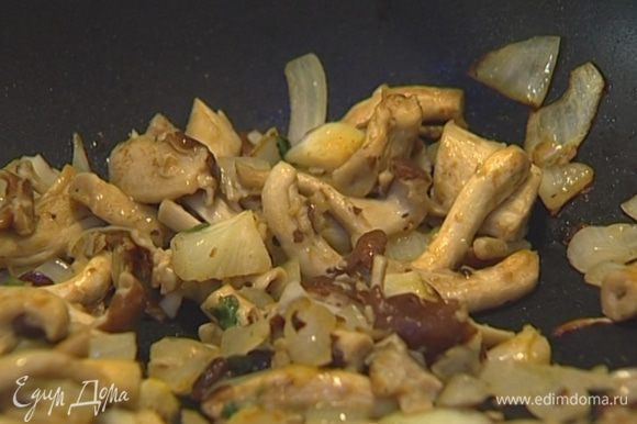 Разогреть в сковороде 1 ст. ложку сливочного и 1 ст. ложку оливкового масла, выложить грибы, посолить, поперчить, добавить майоран и чеснок и жарить до готовности.