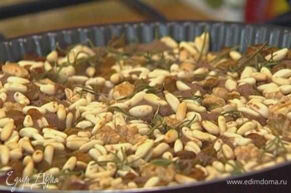 Выпекать в разогретой духовке 40 минут, затем разрезать получившийся корж на небольшие печенья.