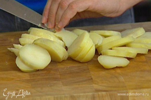 Картофель отварить, почистить и нарезать дольками, посолить и поперчить.