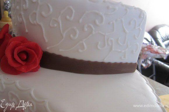 С помощью айсинга, расписать торт завитушками.