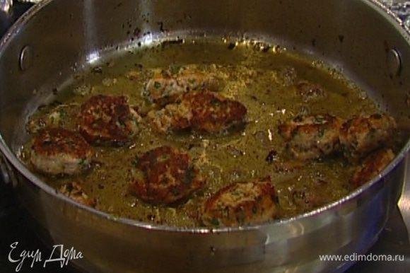 Разогреть в глубокой тяжелой сковороде 1 ст. ложку оливкового масла и обжаривать фрикадельки по 2 минуты с каждой стороны.