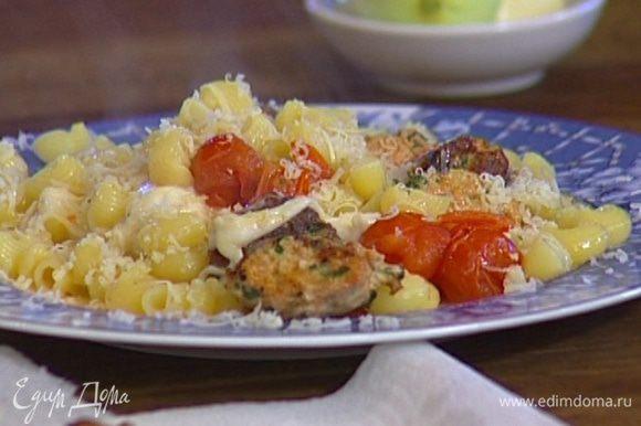Добавить шарики моцареллы, листья базилика и пармезан, сбрызнуть оливковым маслом и подавать тут же.