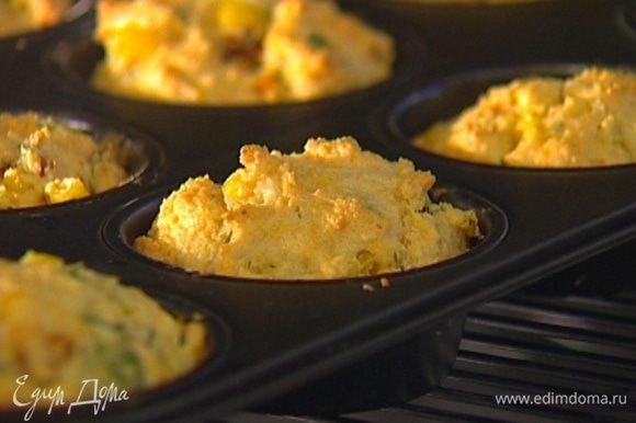 Смазать формочки для кексов сливочным маслом, наполнить тестом и выпекать маффины в разогретой духовке 20–25 минут.