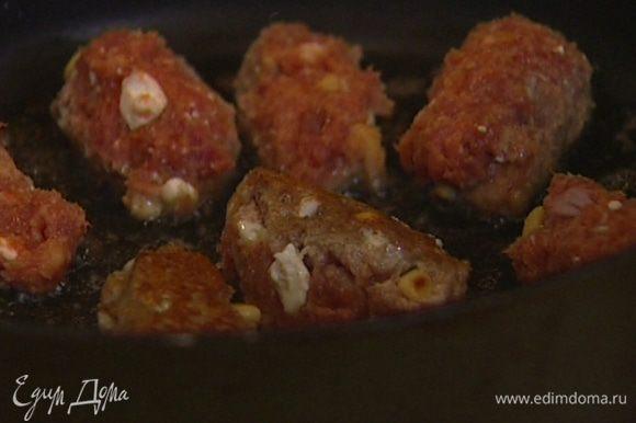 Разогреть в сковороде оливковое масло и обжаривать колбаски по 1 минуте с каждой стороны.