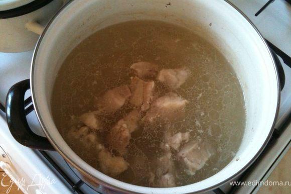 Из мяса (я предпочитаю ребрышки) и воды сварить бульон. Лично я валю его более 1 часа.