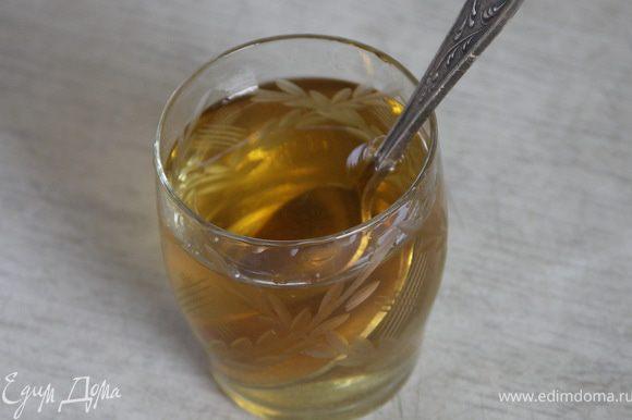 Добавить в виски пакетик ванильного сахара или пудры,перемешать.Равномерно пропитать пирог.П.С.:Если по каким-то причинам вы против алкоголя,можно заменить его слабо концентрированным ароматным сиропом или крепким сладким чаем(эрл грей например).