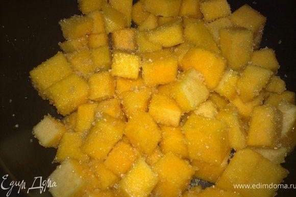 ...тыкву очистить от кожуры и сеян, нарезать мелкими кубиками, пересыпать сахаром.когда выделиться сок, поставить тыкву на слабый огонь и отварить до готовности...