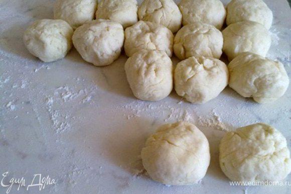Разделим получившееся тесто на 14 частей и скатаем шарики. Оставим их на 5 минут.