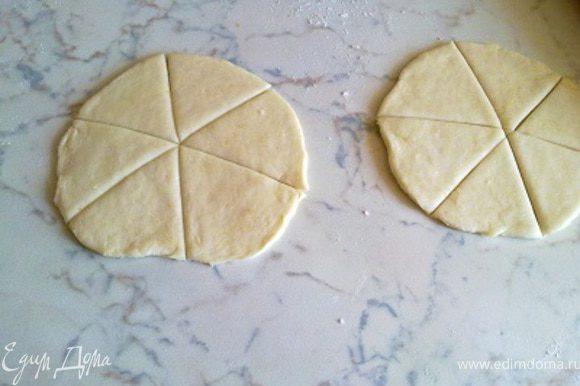 Из оставшихся шариков раскатать 2 лепешки, такие же как для треугольников и разрезать их на 6 частей.