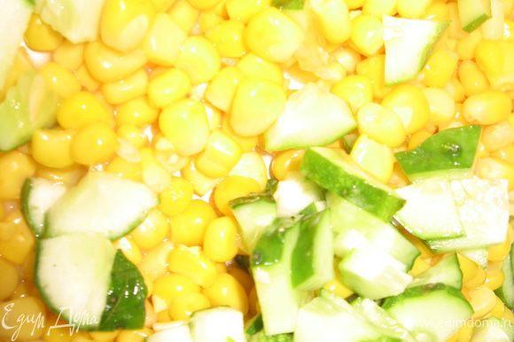 добавить мелко порезанные огурец яйца зеленьдобавить кукурузу майонез соль перец и все хорошо перемешать