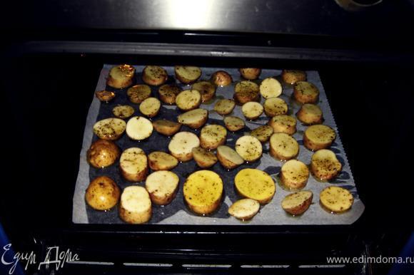 Ну а теперь приступим к самому главному. Берем по кружочку картофеля и окунаем его в наш соус и выкладываем на противень.