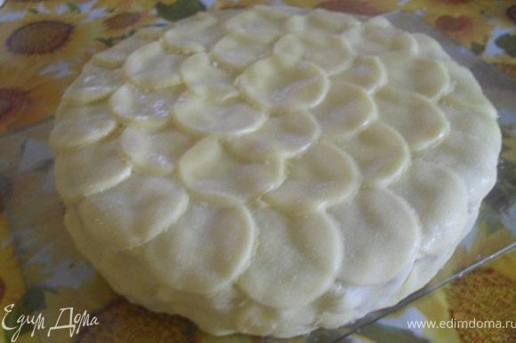 """Охлажденный торт покрыть кружками, создавая вид своеобразной """"чешуи""""."""