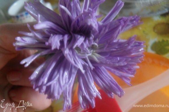 ...кисточкой нанести белок на лепестки цветка с обоих сторон белок...
