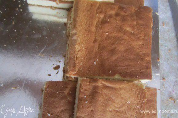 Готовый бисквит сначала разрезать на три полоски, две одинаковые, одна тоньше.И разделить на части что бы получилась единичка. Каждый корж разрезать на двое.