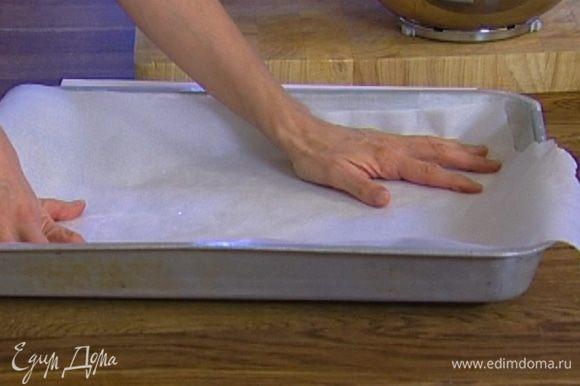 Выстелить большой противень смазанной маслом бумагой для выпечки.