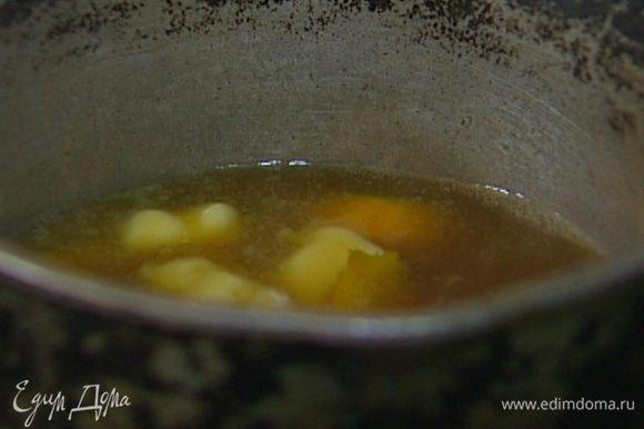 Приготовить соус: в небольшой кастрюле соединить сливочное масло, коричневый сахар, ванильный экстракт и ром, добавить цедру апельсина и 2 ст. ложки воды. Прогревать все вместе до полного растворения сахара, затем перелить в пластиковый контейнер с крышкой.
