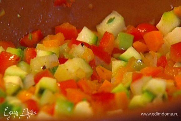 Влить бальзамический уксус, перемешать и томить еще 5−7 минут до готовности овощей — они должны сохранить форму кубиков, а не превратиться в пюре.
