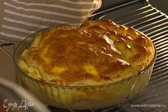 Желток соединить с молоком, слегка взбить вилкой и смазать пирог в конце выпекания.