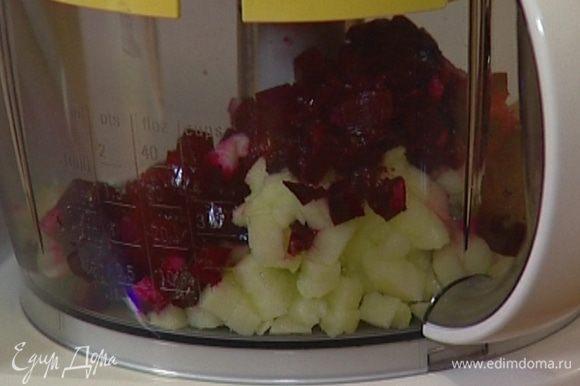 Яблоко и свеклу почистить и нарезать кубиками.
