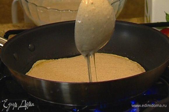 Разогреть в сковороде небольшое количество растительного масла и выпекать большие, довольно толстые блины.