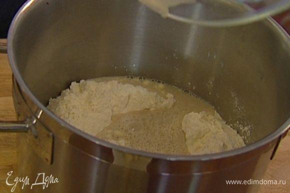 Приготовить закваску: муку перемешать с солью, сделать в центре углубление, влить в него разведенные дрожжи и слегка присыпать их мукой, оставшейся по краям. Накрыть кастрюлю полотенцем и оставить в теплом месте на 20 минут.