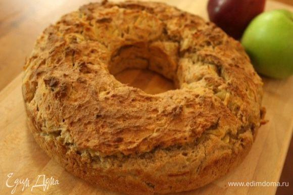 Через 10 минут отправить его в разогретую духовку и выпекать хлеб 10 минут, затем убавить температуру до 180°С и выпекать еще 35 минут.
